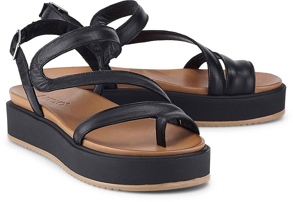 Artikel klicken und genauer betrachten! - Sandalen von Inuovo. Alltagsbegleiter mit mondäner Attitüde: Die Plateau-Sandalen von Inuovo bringen sich mit schwarzem Leder und tonaler Platform-Sohle effektvoll in diverse Outfits ein.   im Online Shop kaufen
