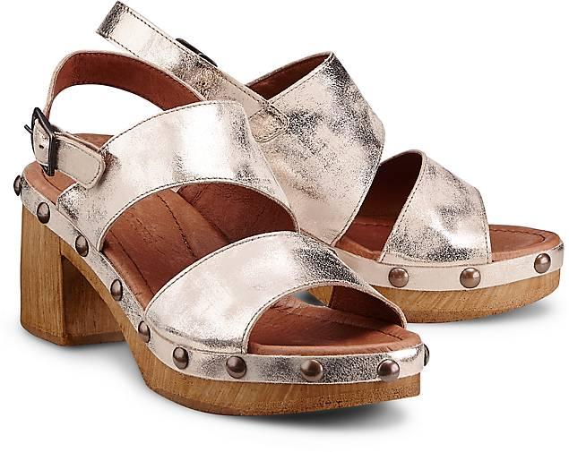 Artikel klicken und genauer betrachten! - Sandaletten von Ten Points. Für Stilikonen: Diese Sandaletten von Ten Points zeigen sich im hippen Retro-Look und begeistern aus Metallic-Leder in Gold mit Nieten-Dekor. Perfekt zu Flared Jeans oder 7/8-Hosen   im Online Shop kaufen