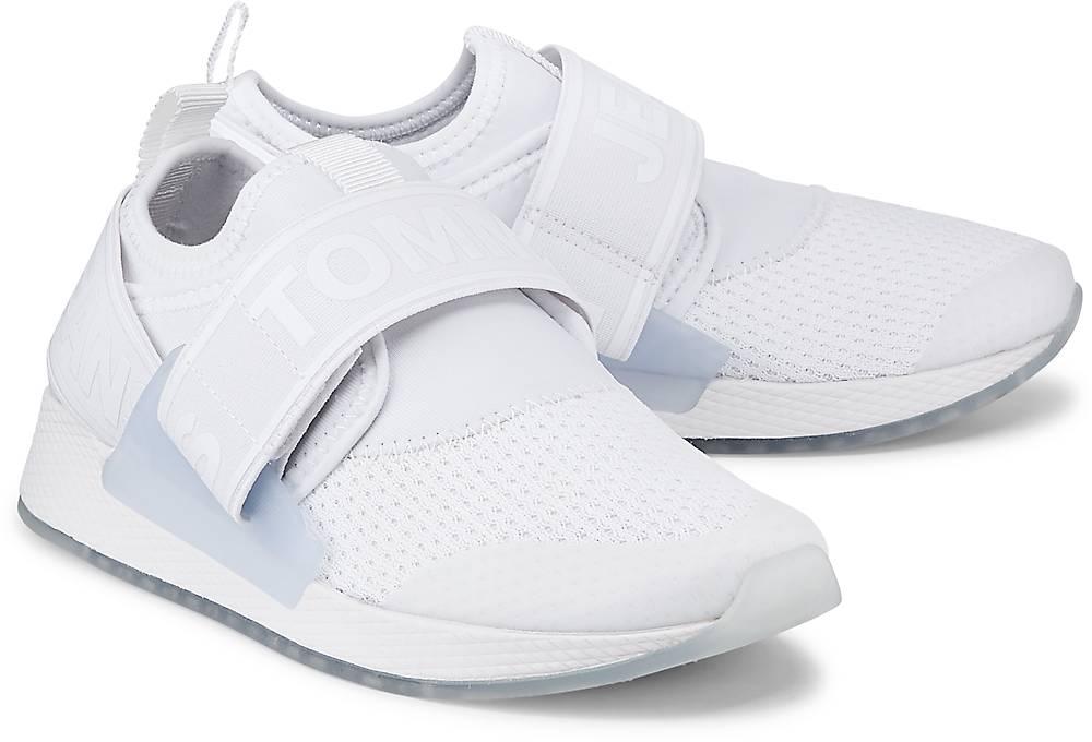 Artikel klicken und genauer betrachten! - Sneaker von Tommy Jeans. Dieser außergewöhnliche Sneaker von Tommy Jeans fällt durch sein futuristisches Design auf. Aus einem spannenden Material-Mix in Weiß und mit praktischem Klettverschluss.   im Online Shop kaufen